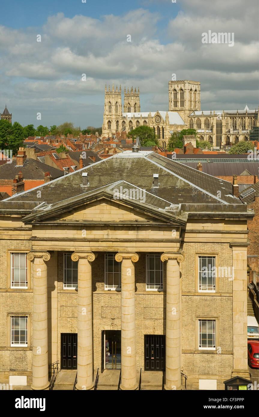 Una vista sobre la Iglesia Metodista Central con York Minster en el fondo. Imagen De Stock