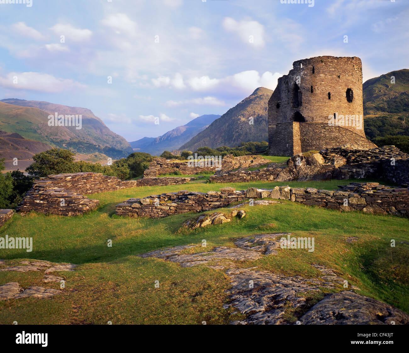 Las ruinas del Castillo de Dolbadarn, construido por los príncipes de Gwynedd en el siglo XIII, al pie del Snowdon. Foto de stock