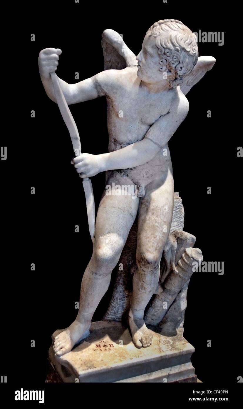El arco de Eros Lisipo 2 ciento AD Amor atando su arco copia romana después del original griego por Lysippos Imagen De Stock