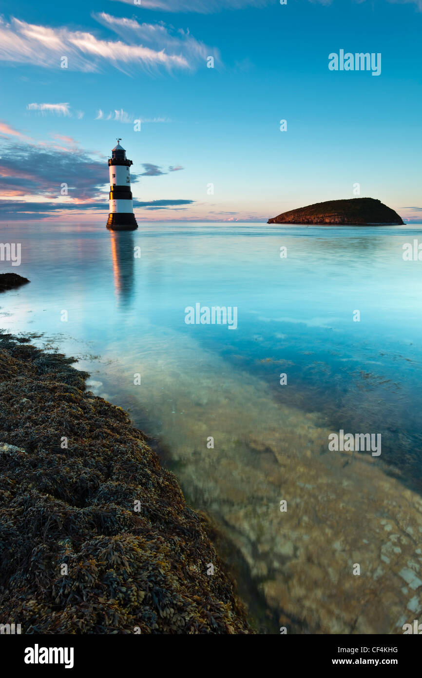 Faro Penmon y Puffin Isla a punto de Penmon en la isla de Anglesey. Foto de stock