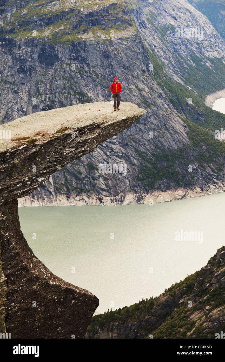 Senderismo en Noruega montañas,Trolltunga acantilado cerca de Odda Foto de stock