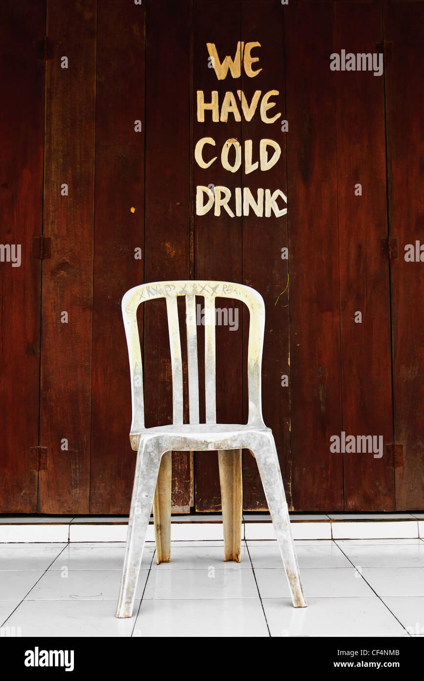 Indonesia, Lombock, Gili-Trawangan, texto sobre pared de madera del bar de playa con silla Imagen De Stock