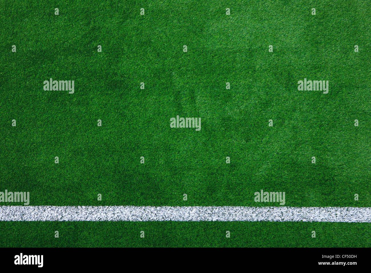 Foto de un campo deportivo de césped sintético verde con línea blanca disparó desde arriba. Imagen De Stock