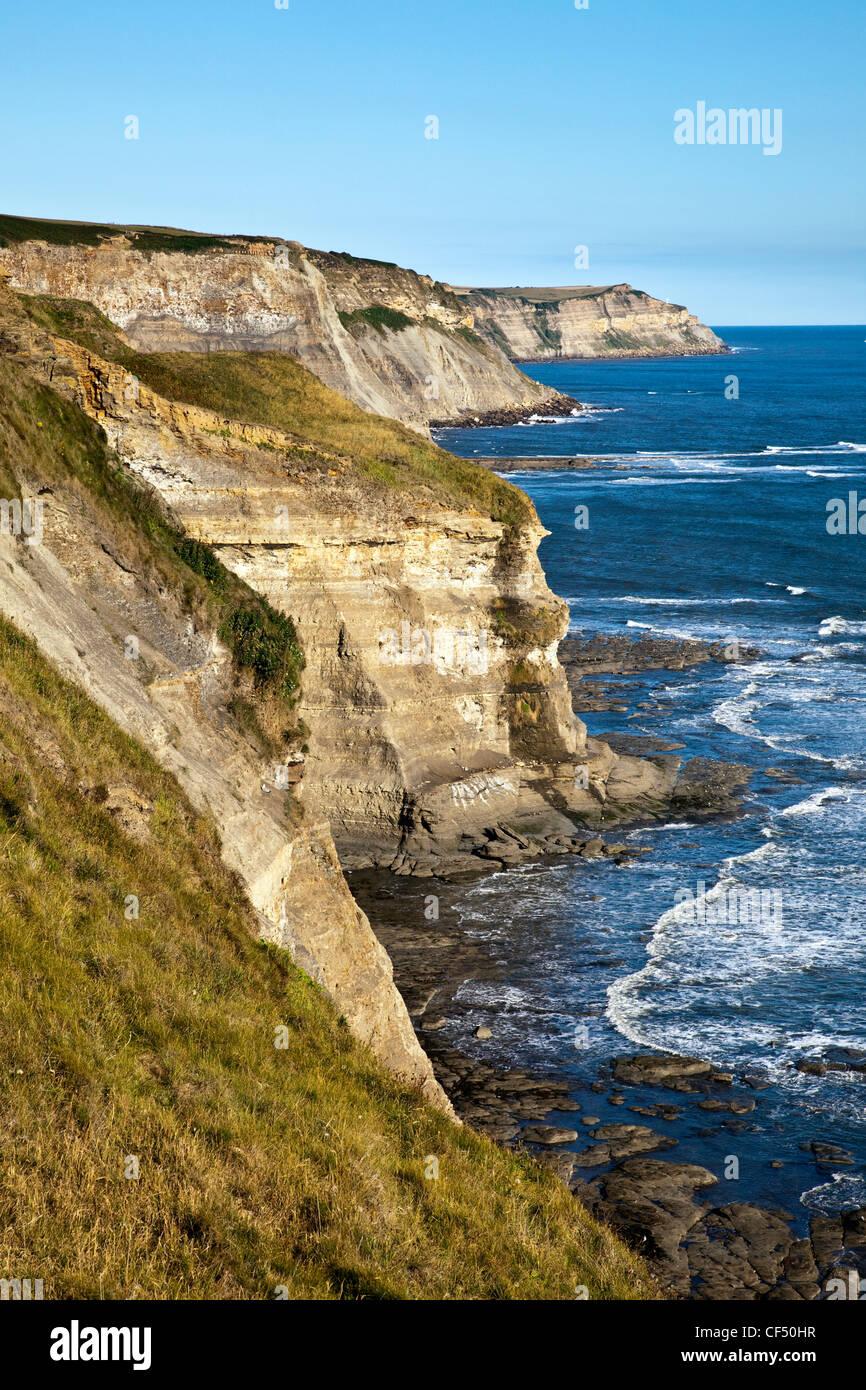 Acantilados en la costa de North Yorkshire, en el Mar del Norte. Foto de stock