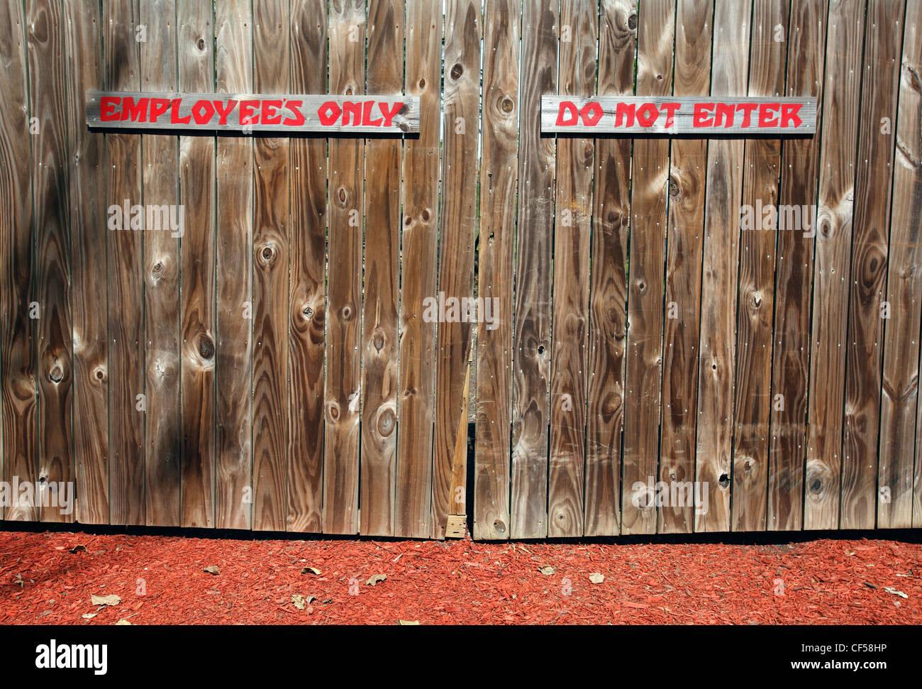Employess im genes de stock employess fotos de stock alamy - Empanelados de madera ...