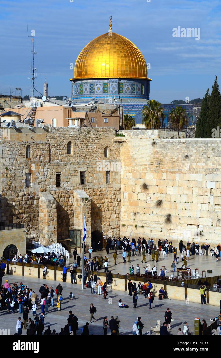 La cúpula de la roca y el Muro Occidental, un famoso sitio de santa islámica y judía en Jerusalén, Israel. Foto de stock