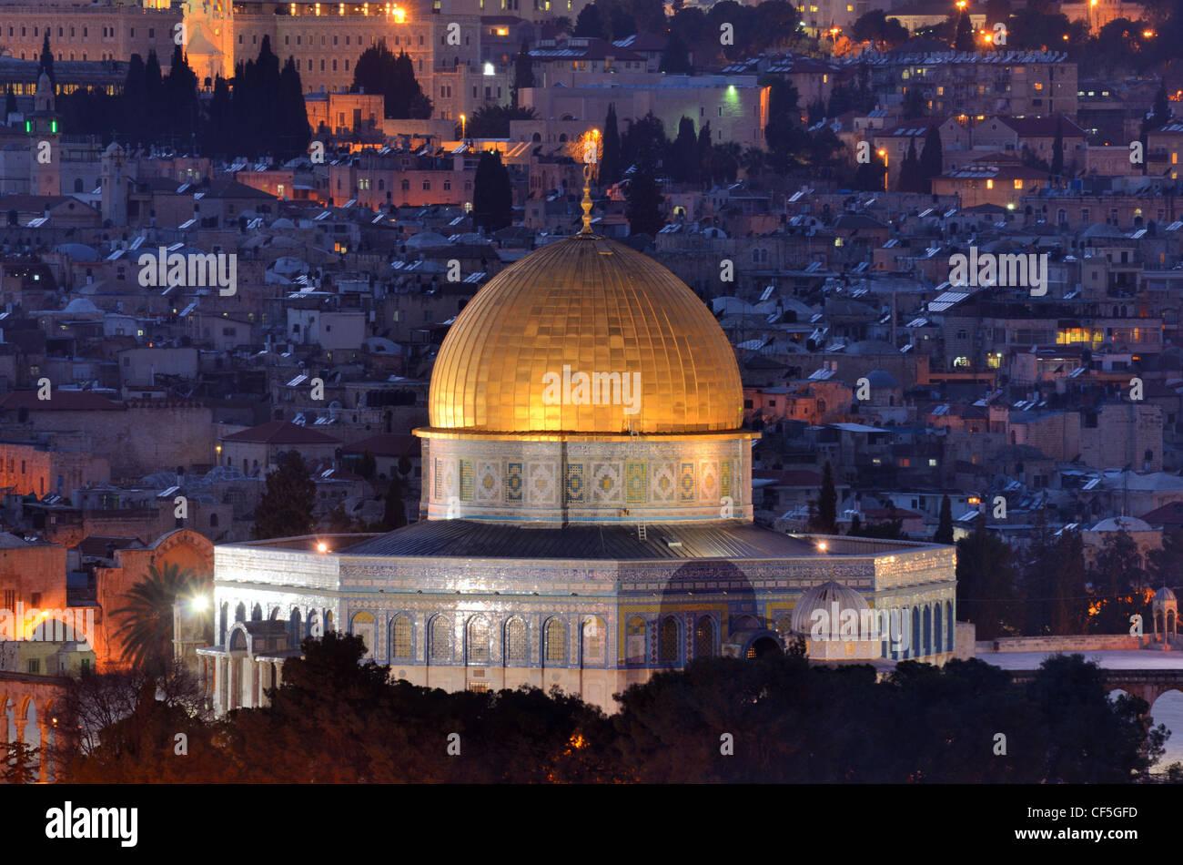 La cúpula de la roca a lo largo de la silueta de la Ciudad Vieja de Jerusalén, Israel. Imagen De Stock