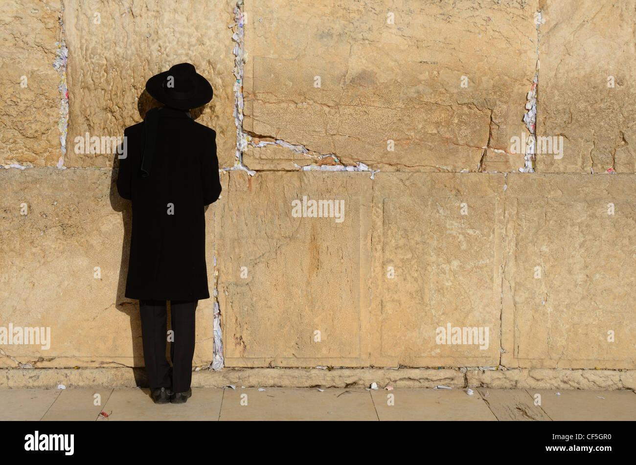 Un judío ortodoxo oración en el Muro de las Lamentaciones en Jerusalén, Israel. Foto de stock