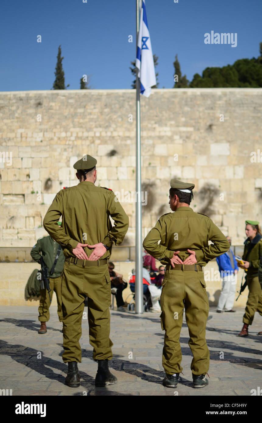 Los soldados israelíes están en la atención cerca del Muro Occidental en Jerusalén, Israel. Foto de stock