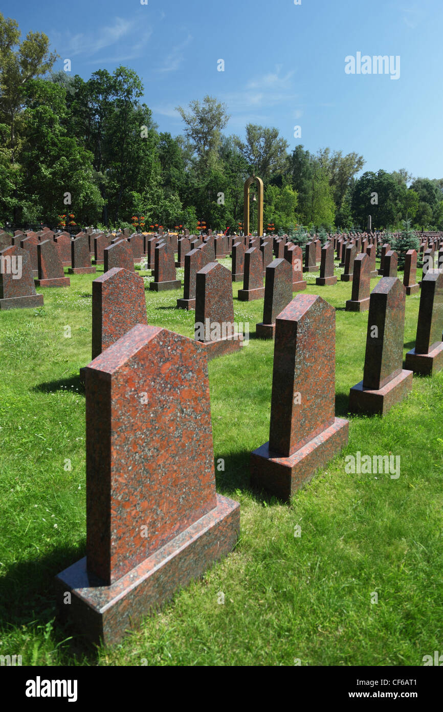 Los obeliscos y la campana en el monumento militar del cementerio Preobrazhenskoye Imagen De Stock