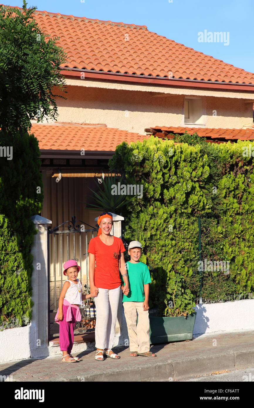 Madre de dos hijos está en día cerca incluido en casa en resort Imagen De Stock