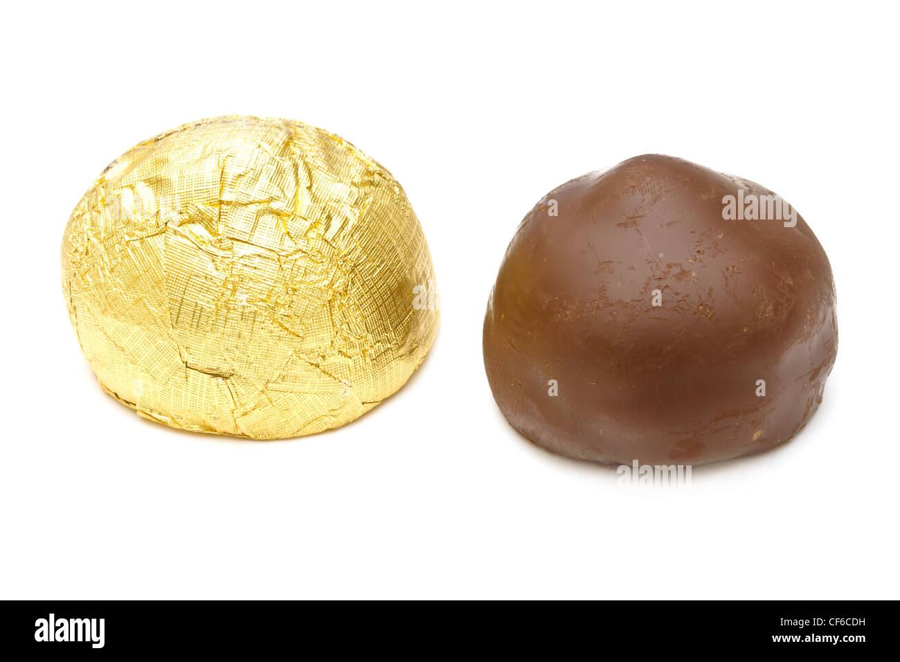 El chocolate praliné sobre fondo blanco. Foto de stock
