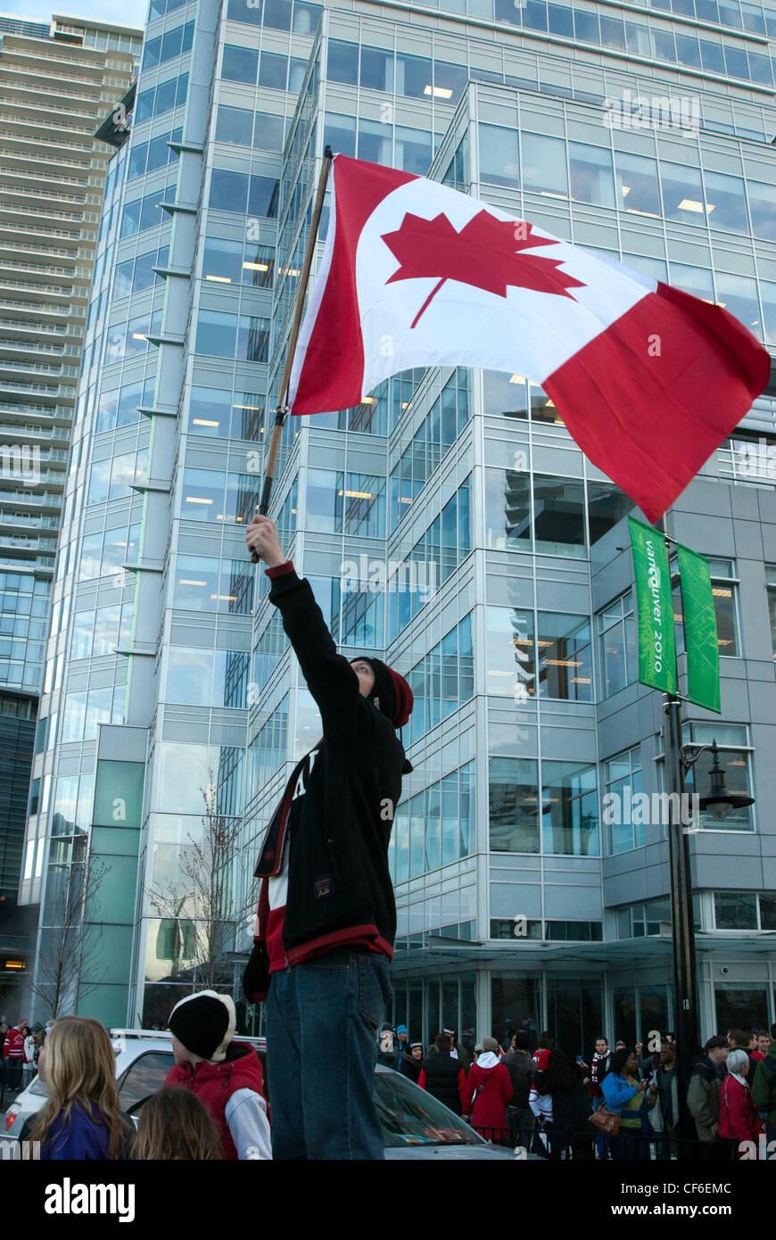 Patriotismo en Canadá, hombre ondeando la bandera Canadiense Imagen De Stock