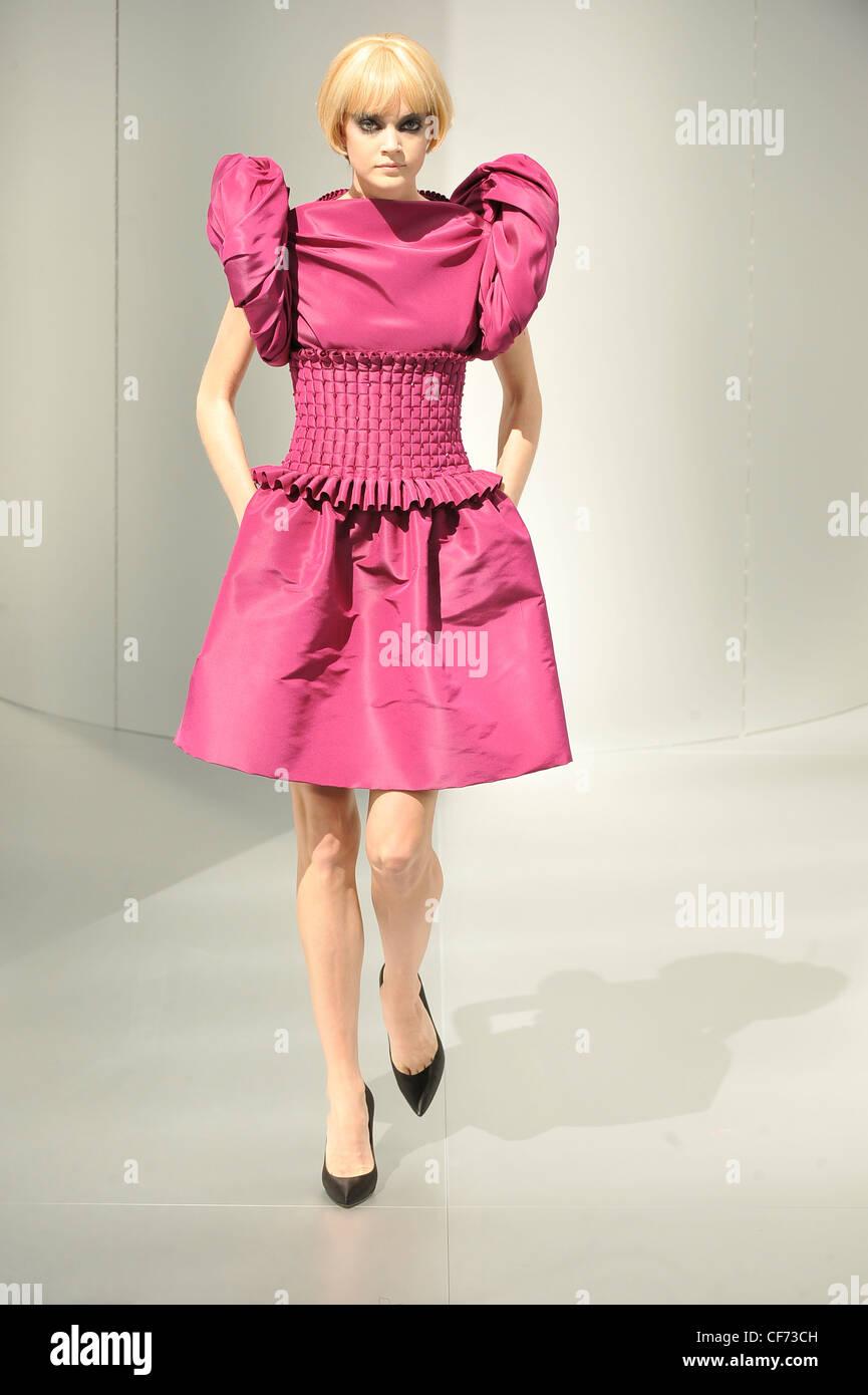 Chanel prive de Alta Costura de París otoño invierno modelo luciendo ...