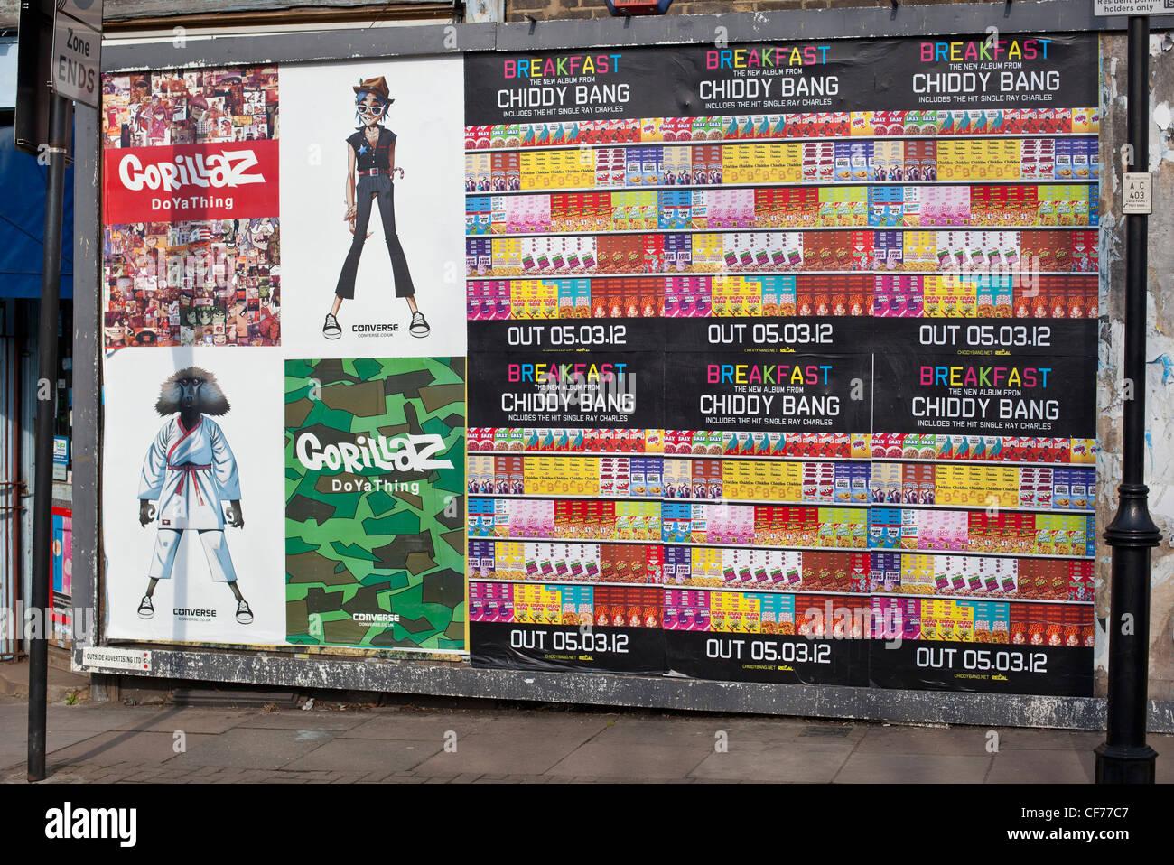 Carteles promocionales sobre una pared, Londres, Inglaterra, Reino Unido. Imagen De Stock