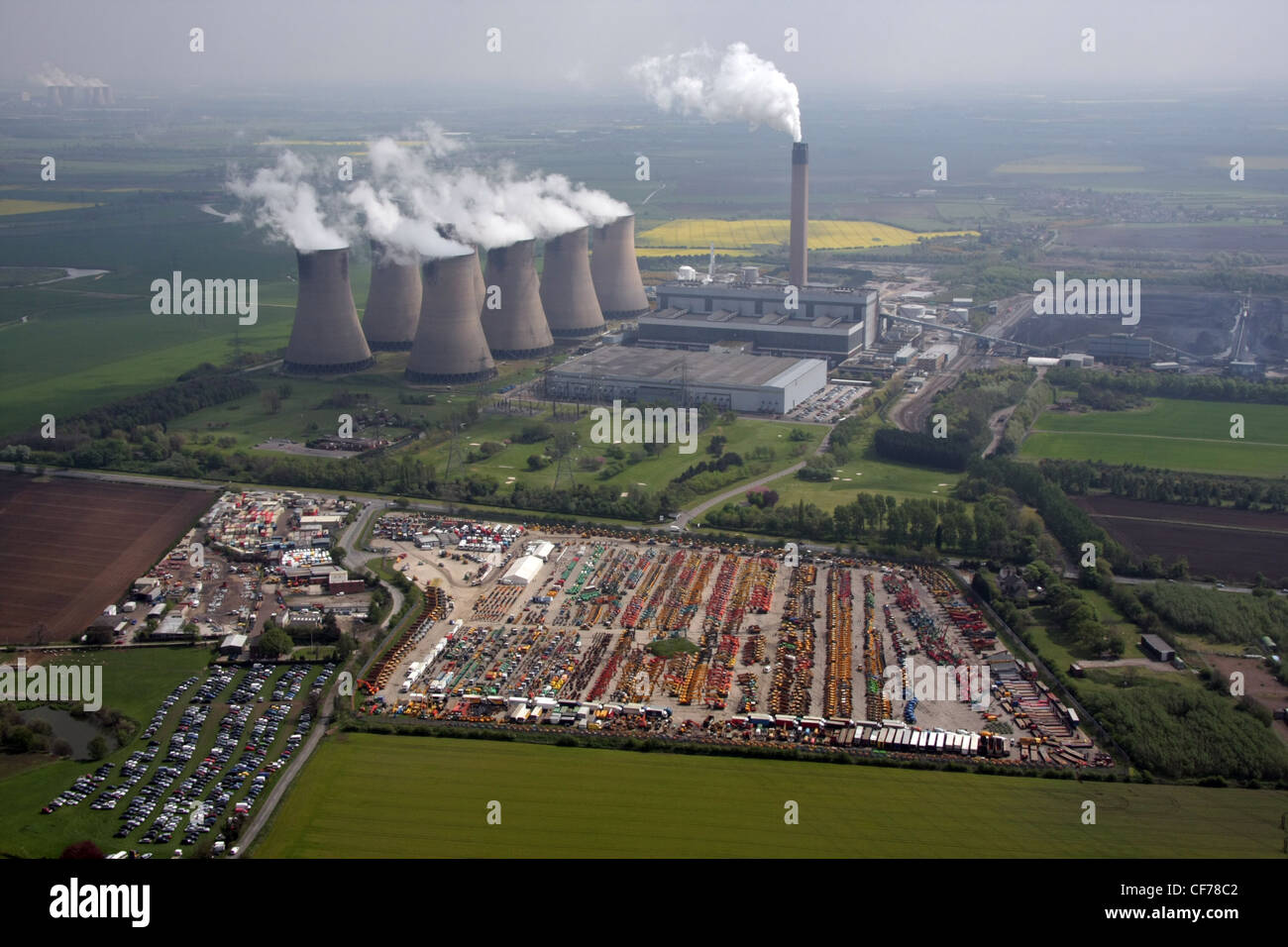 Vista aérea del sitio de subastas de maquinaria con la central eléctrica de Drax cerca de Selby Foto de stock