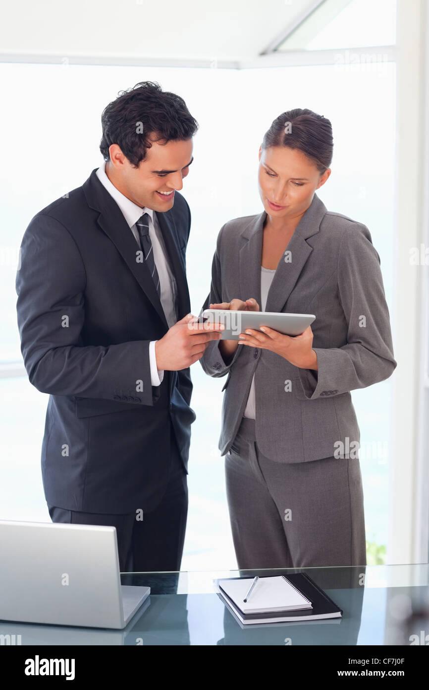 Socio de negocios mirando juntos tablet Imagen De Stock