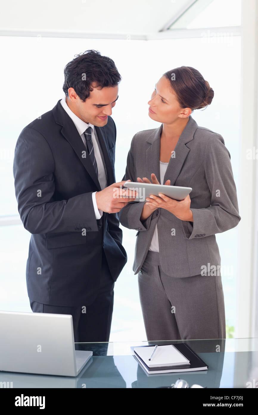 Socio de negocios trabajando juntos en tablet pc Imagen De Stock