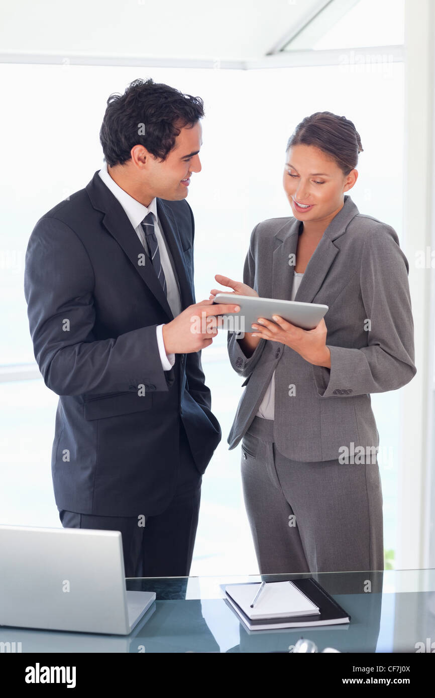 Socio de negocios mirando tablet en sus manos Imagen De Stock