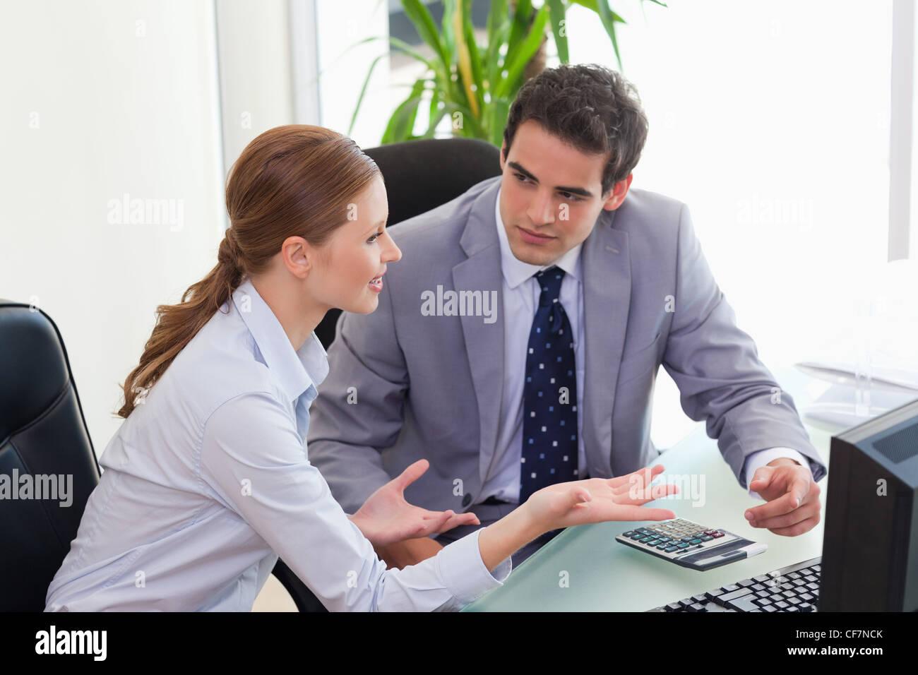 Business partner discutiendo en la oficina Imagen De Stock