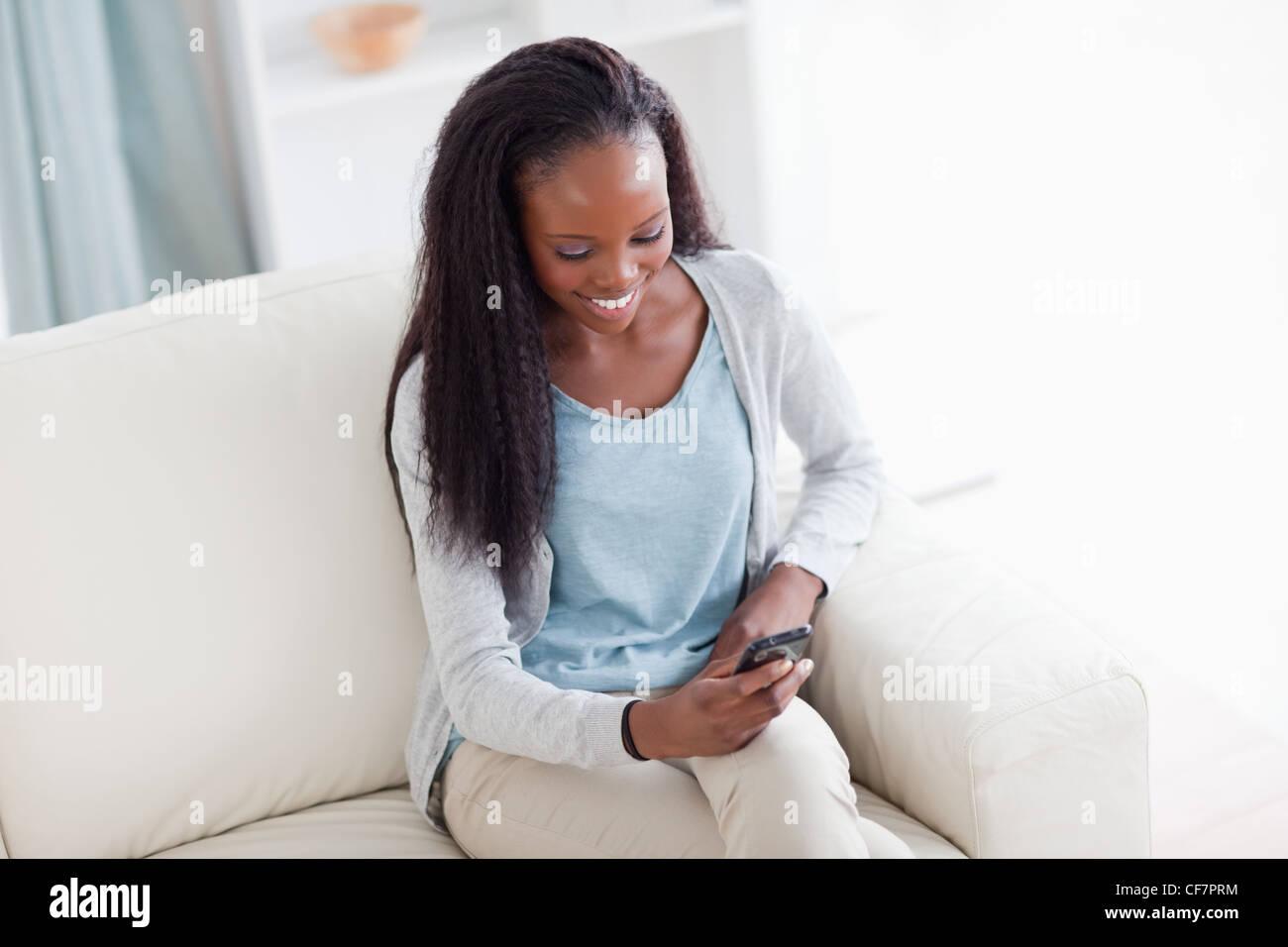 Mujer sonriente feliz por mensaje de texto Imagen De Stock