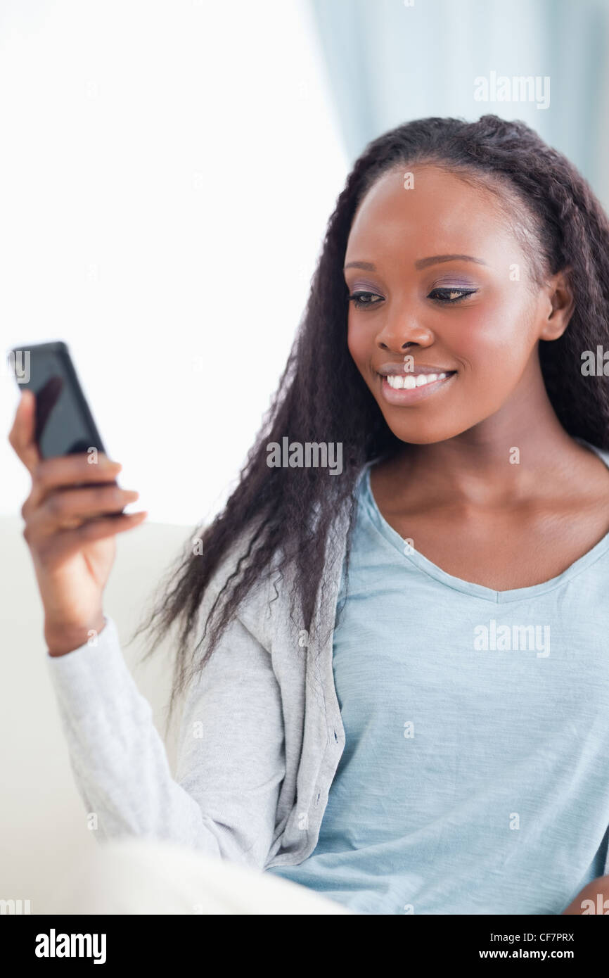 Cerca de Mujer leyendo el mensaje de texto Imagen De Stock