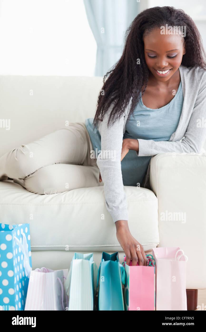 Cerca de mujer feliz acerca de sus compras Imagen De Stock
