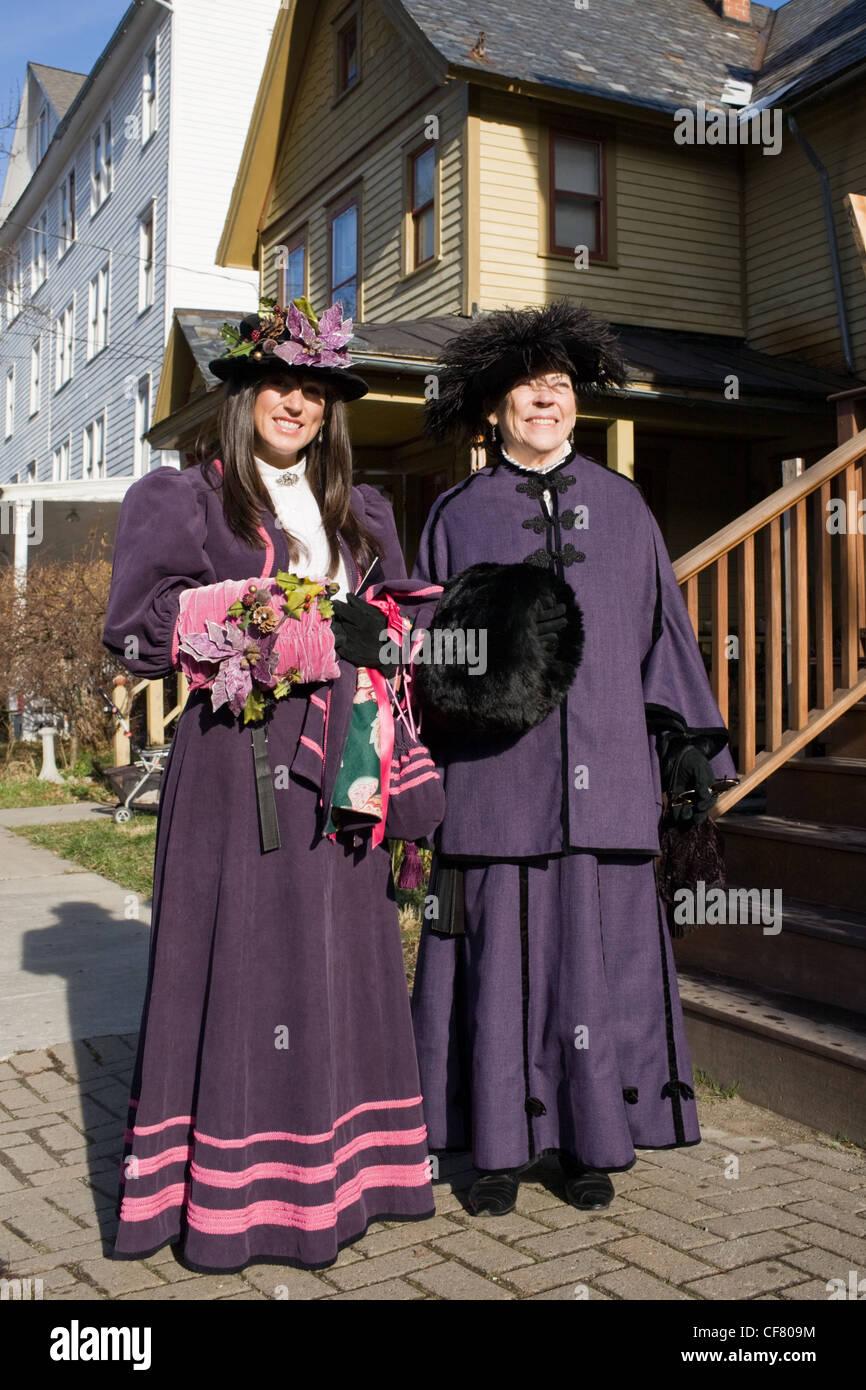 Las mujeres en trajes de estilo victoriano, Pasear, evento de Navidad, Sharon Springs, Estado de Nueva York Imagen De Stock