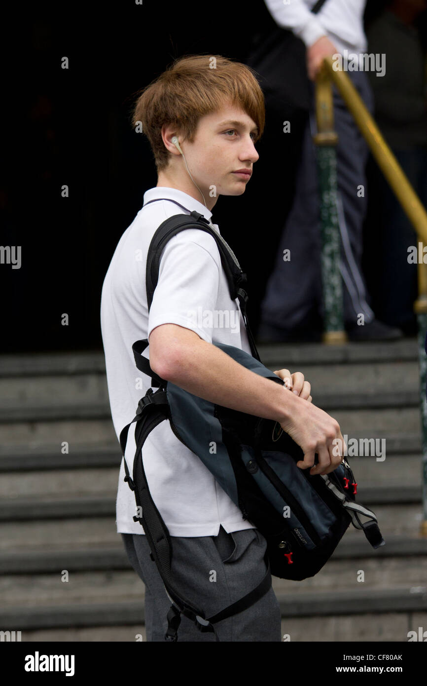 El colegial con bolsa fuera de la estación de Flinders Street, Melbourne, Australia Imagen De Stock