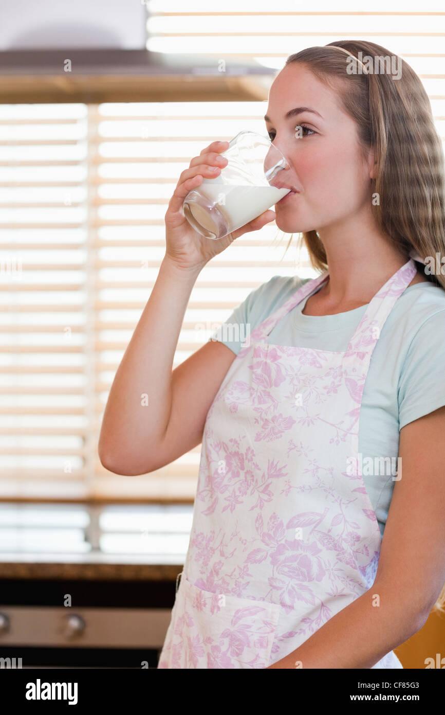 Retrato de una hermosa mujer bebiendo leche Imagen De Stock