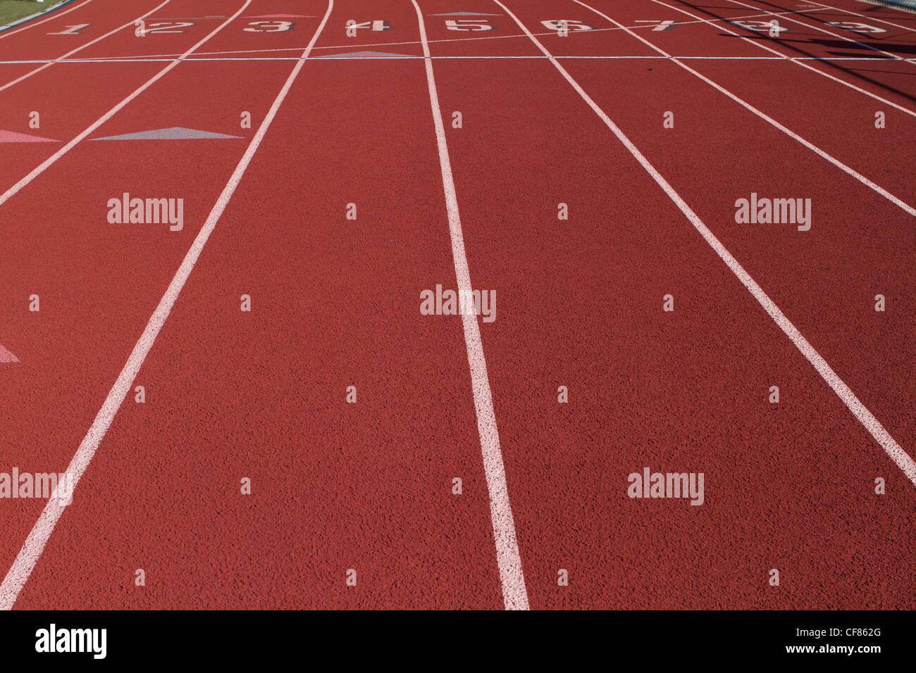 La línea de salida en una pista de atletismo Imagen De Stock