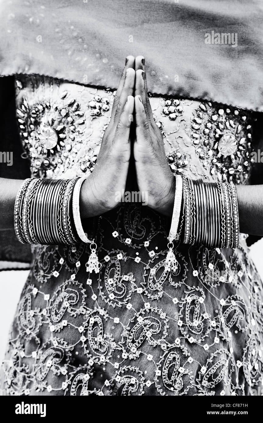 Niña india namaste oración manos. Monocromo Imagen De Stock