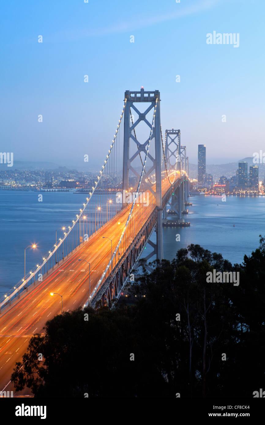 California, Estados Unidos, San Francisco, Oakland Bay Bridge al anochecer y el horizonte de la ciudad Imagen De Stock