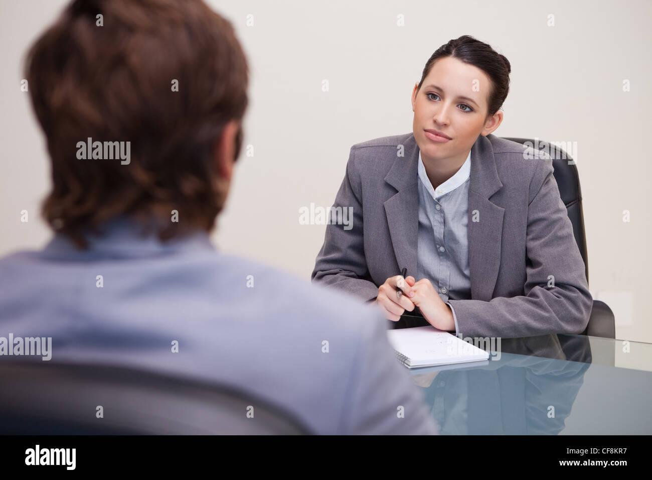 La empresaria escuchando a su socio de negocios Imagen De Stock
