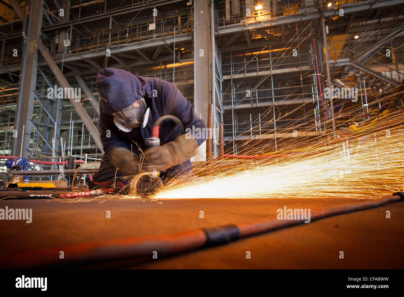 Cortador de acero en el trabajo en los astilleros Imagen De Stock