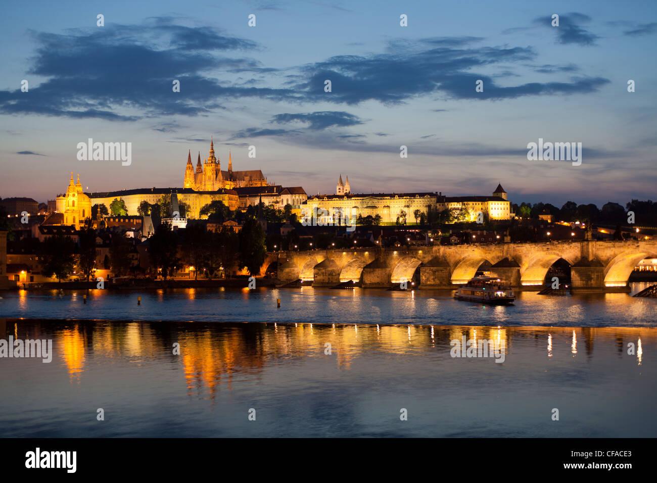 Catedral de San Vito, el Puente Carlos y el barrio del castillo iluminado en la noche, Praga, República Checa Imagen De Stock