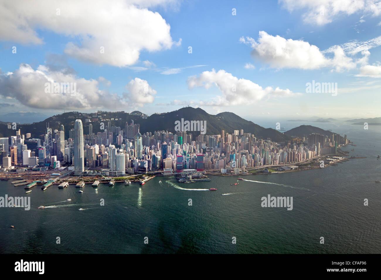 Vista elevada a través del ajetreado puerto de Hong Kong, el distrito central de la isla de Hong Kong y el Imagen De Stock