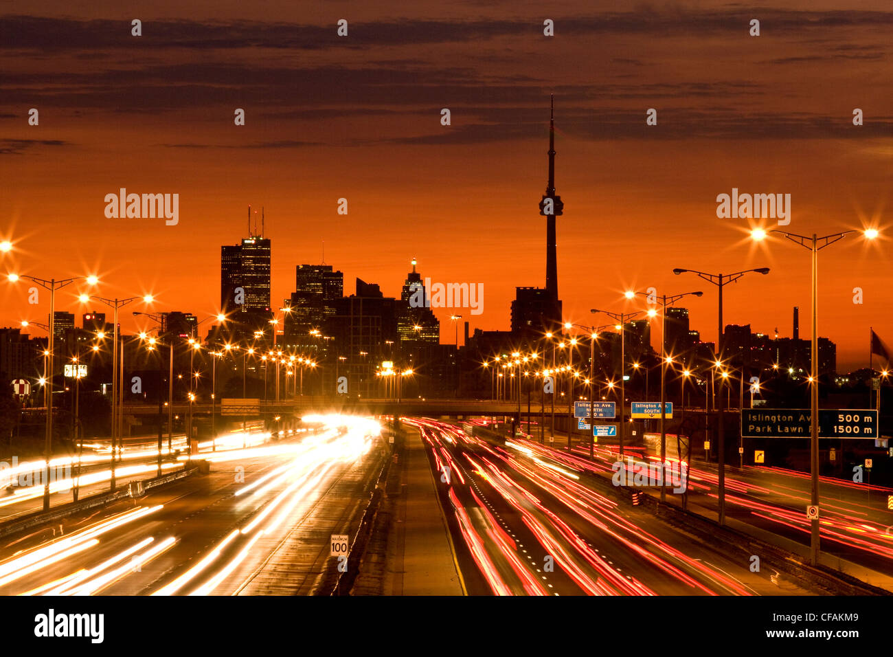 Horizonte de Toronto y QEW carretera con tráfico matutino, Toronto, Ontario, Canadá. Imagen De Stock