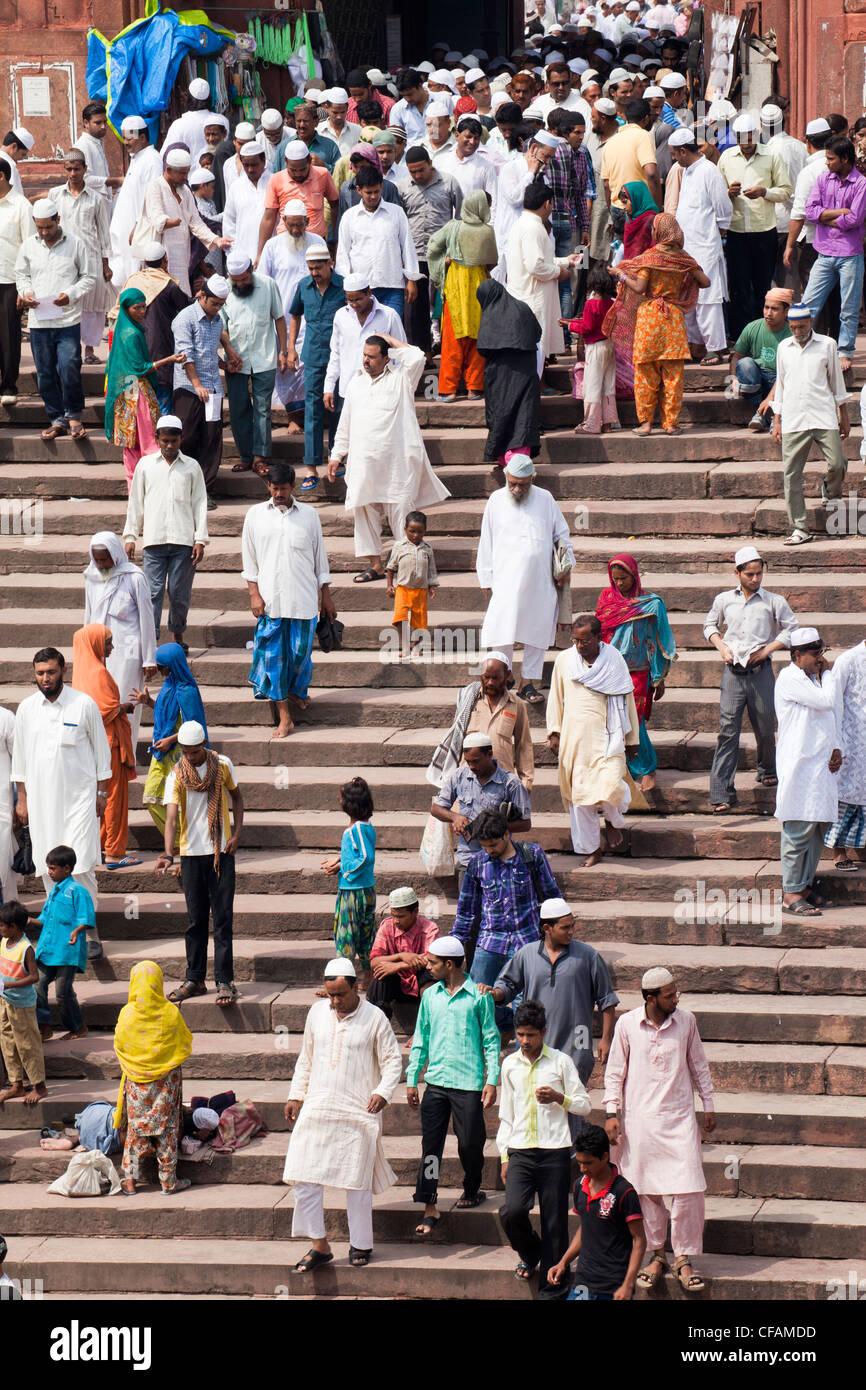 Personas que abandonan la Jama Masjid (Mezquita del Viernes) después de las oraciones del viernes, Vieja Delhi, Foto de stock