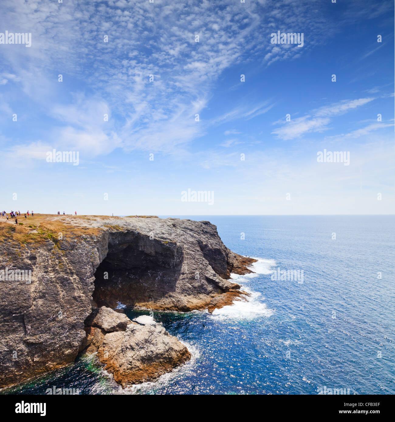 La Apothicairerie Cueva, Belle-Ile, Bretaña, Francia, uno de los lugares pintados por Monet y una gran atracción Imagen De Stock