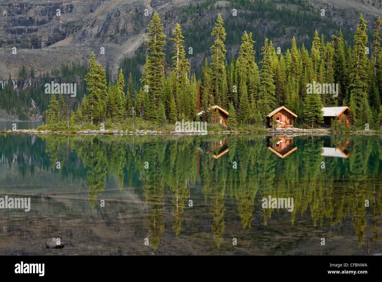 Cabañas en el lago O'Hara Lodge, Lago O'Hara, el Parque Nacional Yoho, British Columbia, Canadá Foto de stock