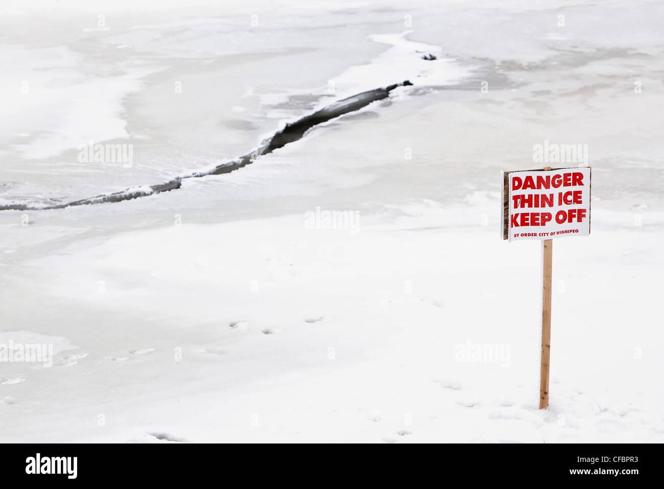 Peligro de una fina capa de hielo se mantengan fuera de la señal de advertencia. Río Rojo, en Winnipeg, Imagen De Stock