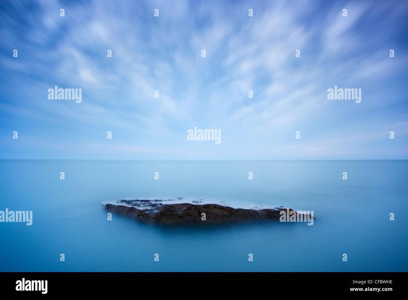 Las nubes se desplazan la sobrecarga en la orilla del Lago Hurón, cerca de Grand Bend, Ontario, Canadá Imagen De Stock