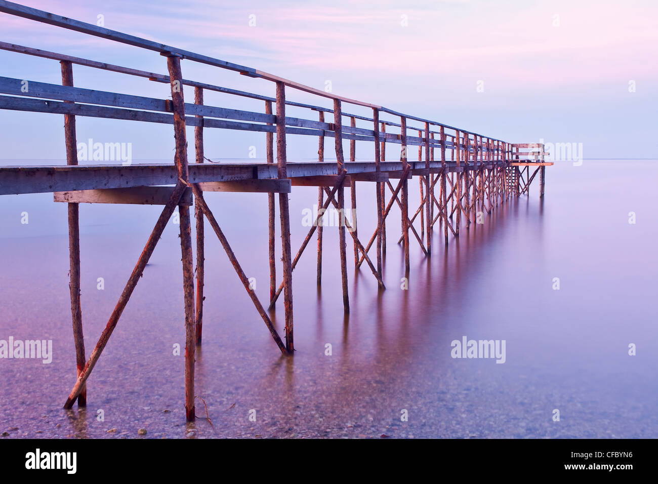 Muelle de madera al atardecer en el Lago Winnipeg. Matlock, Manitoba, Canadá. Foto de stock