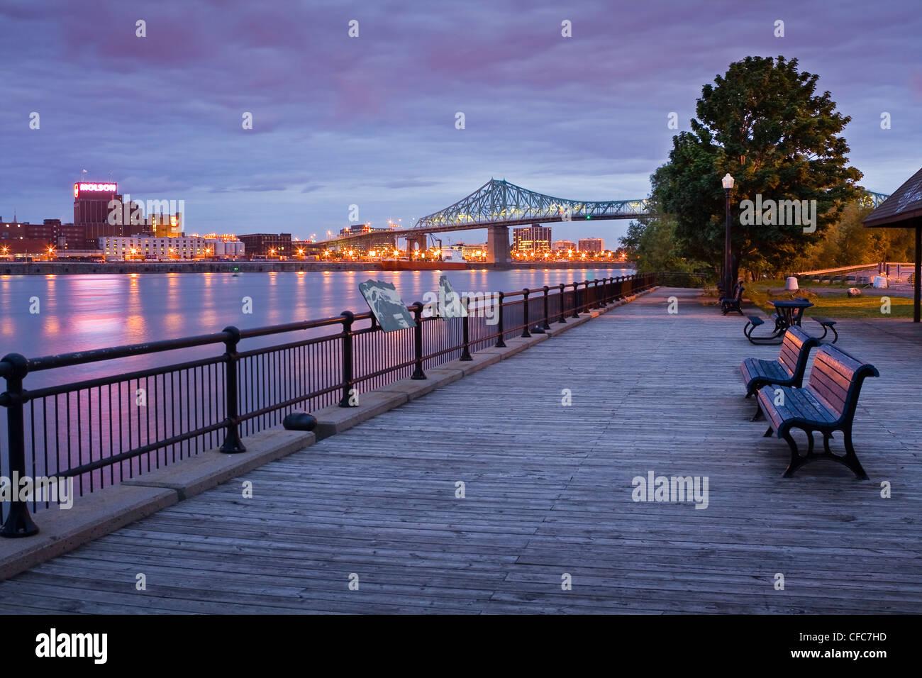 La isla de Montreal y el puente Jacques-Cartier, visto desde la Isla de Santa Elena al amanecer, Quebec, Canadá. Imagen De Stock