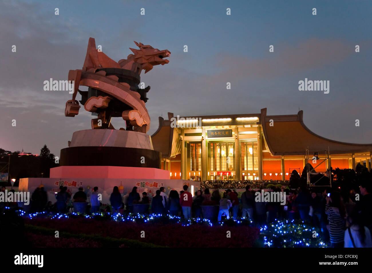 Linterna de dragón gigante de Sun Yat-sen Memorial Hall durante el festival 2012 de linterna de Taipei, Taipei, Imagen De Stock