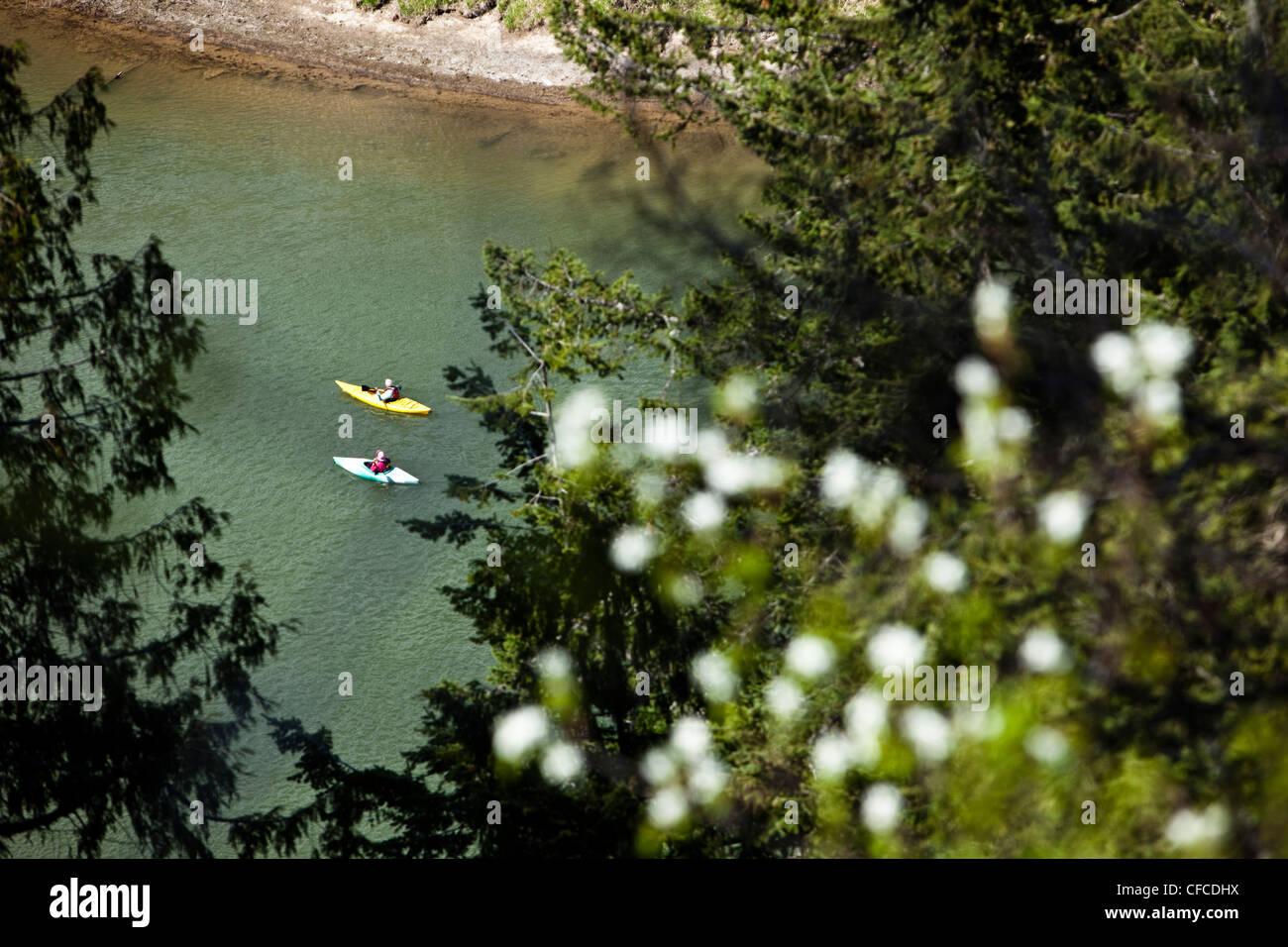 Una pareja de jubilados de aventura kayak por un gran río en Idaho. Imagen De Stock