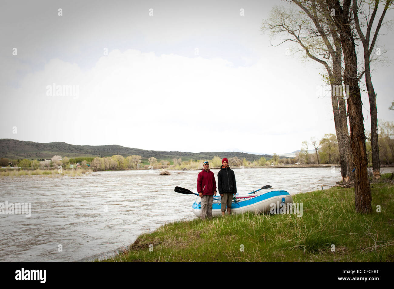 Dos hombres stand by hay balsa en Montana. Imagen De Stock