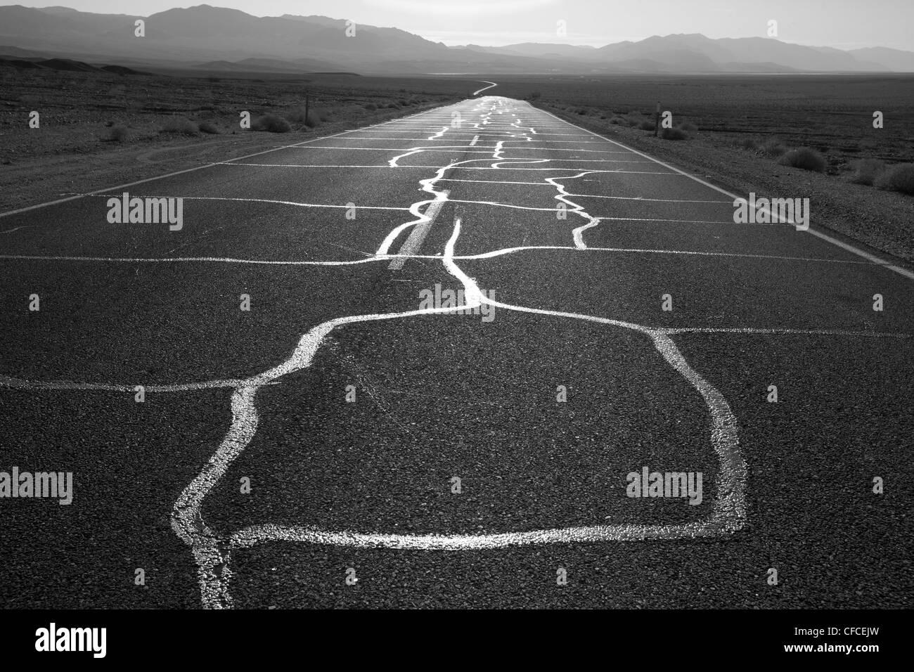 Camino interminable cerca de Furnace Creek en el Valle de la Muerte, California Foto de stock