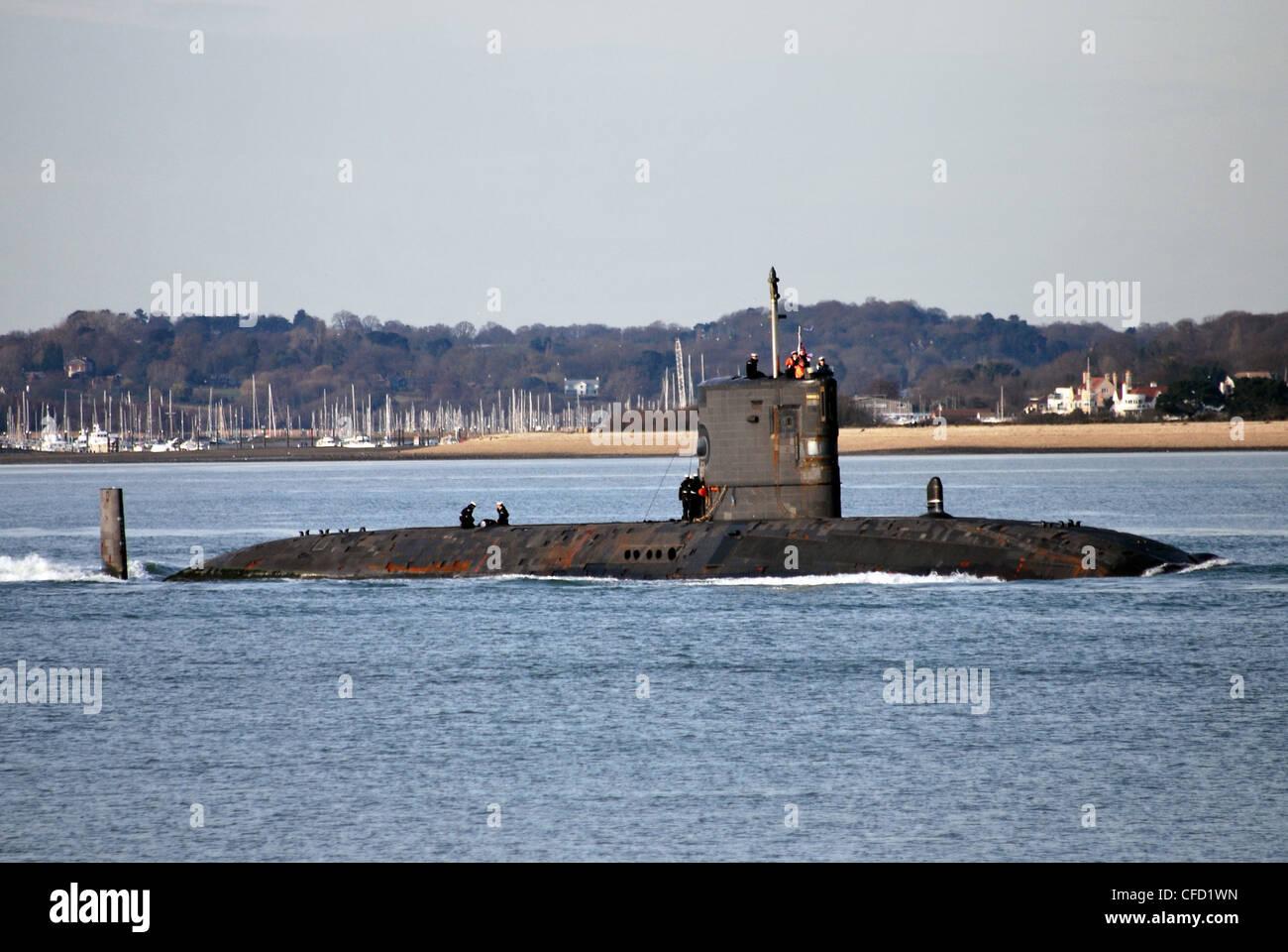 Submarino de la Marina Real 'HMS Tireless' saliendo desde Southampton después de una visita de 5 días Imagen De Stock